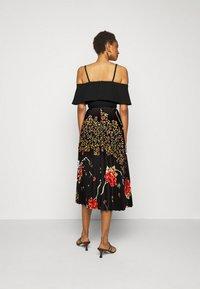 Victoria Victoria Beckham - PLEATED COLD SHOULDER RECYCLED DRESS - Denní šaty - jumbo black - 2