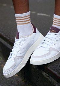 adidas Originals - SUPERCOURT - Sneakersy niskie - footwear white/maroon - 4