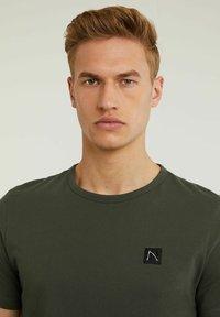 CHASIN' - BRETT - Basic T-shirt - green - 3