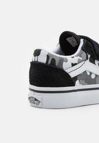 Vans - OLD SKOOL - Trainers - black/true white - 5