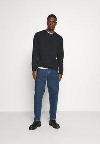 Calvin Klein Jeans - CENTER BADGE - Pitkähihainen paita - black - 1
