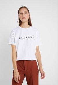 BLANCHE - MAIN LIGHT - T-shirt basique - white - 0
