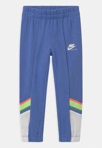 Nike Sportswear - HERITAGE - Teplákové kalhoty - royal pulse - 0