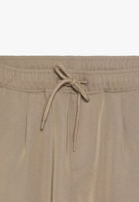 Unauthorized - WILLIAM PANTS - Trousers - almondine