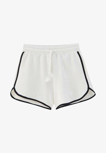 MIT PATENTMUSTER UND KONTRASTEN - Shorts - white