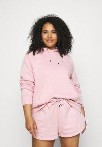 Nike Sportswear - HOODIE PLUS - Jersey con capucha - pink glaze/white - 0