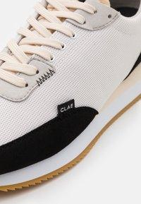 Clae - RUNYON - Sneakersy niskie - white/black - 5