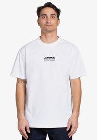 RVCA - BATTLE - Print T-shirt - white - 1