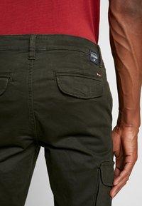 Napapijri - MOTO WINT - Cargo trousers - green forest - 5