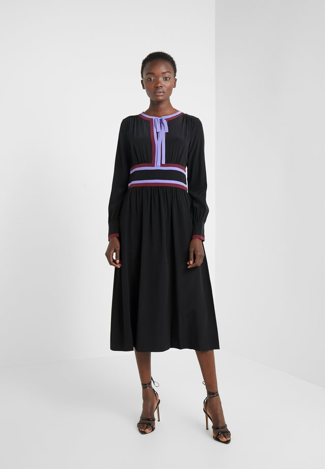 CHERRY DRESS - Freizeitkleid - black/jacaranda/merlot