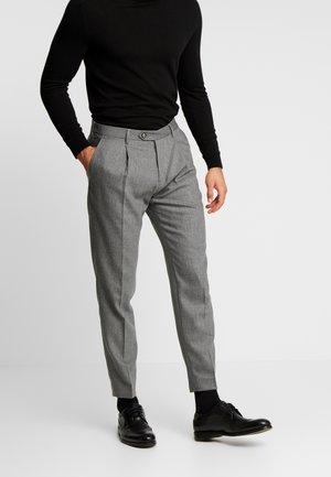 PLEATED FLEX PANT - Spodnie materiałowe - grey