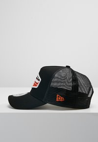 New Era - PATCH TRUCKER - Caps - orange/black/optic white - 3