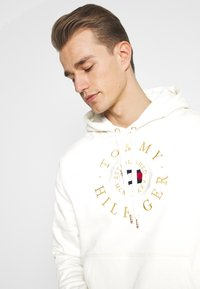 Tommy Hilfiger - ICON COIN HOODY - Sweatshirt - ivory - 4