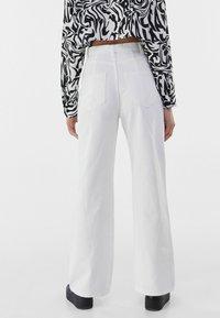Bershka - Fließende - Flared Jeans - white - 2