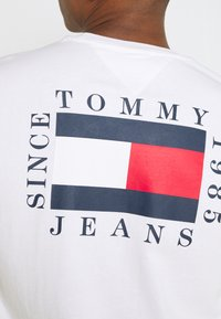 Tommy Jeans - BOX FLAG TEE - Printtipaita - white - 4