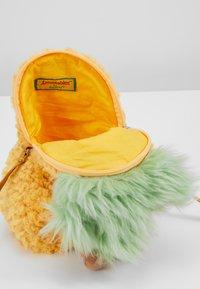 Jellycat - AMUSEABLE PINEAPPLE BAG - Taška spříčným popruhem - yellow - 5