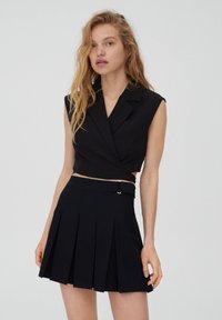 PULL&BEAR - MIT KELLERFALTEN UND SCHNALLE - Pleated skirt - black - 3