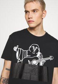 True Religion - CREWNECK BUDDA EMBOSSED - Print T-shirt - black - 3