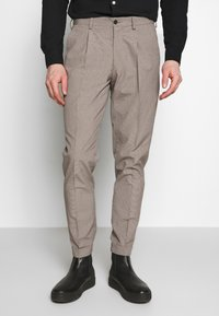 Isaac Dewhirst - MINI PUPPYTOOTH TROUSERS WITH TURN UP - Spodnie materiałowe - brown - 0