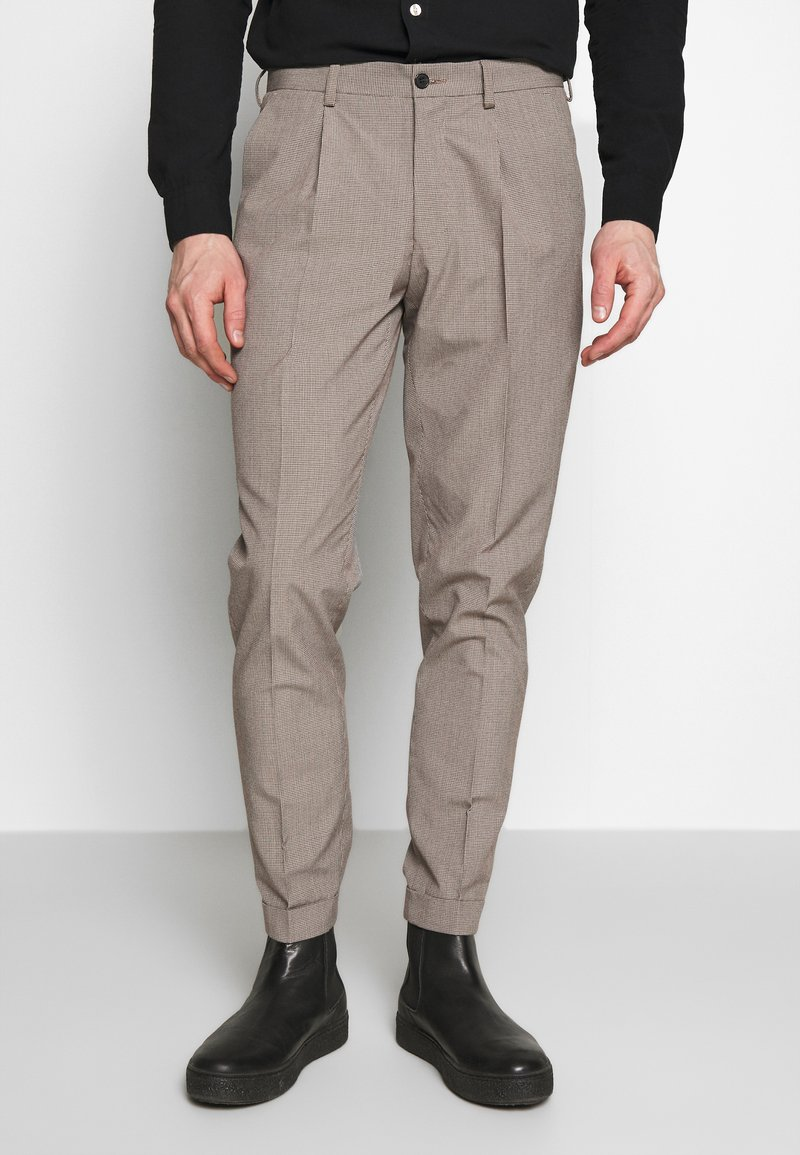 Isaac Dewhirst - MINI PUPPYTOOTH TROUSERS WITH TURN UP - Spodnie materiałowe - brown