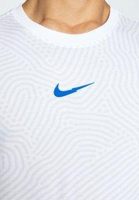 Nike Sportswear - Triko spotiskem - white - 6