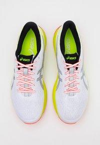 ASICS - GEL-CUMULUS 22 SUMMER LITE SHOW - Zapatillas de running neutras - white/pure silver - 3