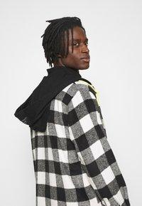 Mennace - SKATER HOODED OVERSIZED SHIRT - Shirt - black - 3
