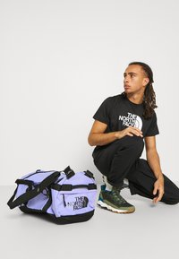 The North Face - BASE CAMP DUFFEL S UNISEX - Sports bag - sweet lavender/black - 0