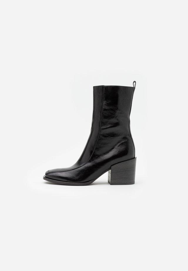 LOLA - Korte laarzen - schwarz