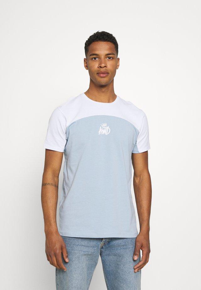 FRESWICK TEE - T-shirt print - sky blue/optic white