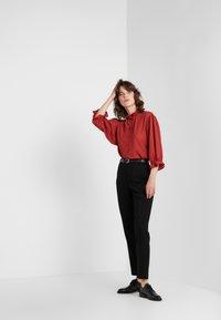 DESIGNERS REMIX - BYRON RUFFLE SHIRT - Button-down blouse - ox blood - 1