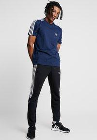 adidas Originals - TECH TEE - T-shirts med print - navy - 1