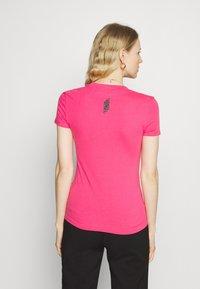Guess - MINI TRIANGLE - Basic T-shirt - girly pink - 2