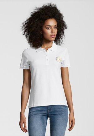 MIT BROSCHE - Polo shirt - white