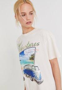 PULL&BEAR - VOLKSWAGEN BULLI - T-shirt con stampa - white - 3