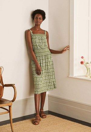 MIT SMOKDETAIL - Jersey dress - erbsengrün geometrisches ananasmuster