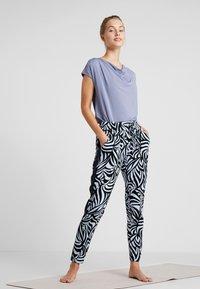 Curare Yogawear - WASSERFALL - T-shirts - french blue - 1