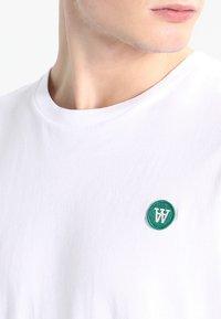 Wood Wood - ACE - Basic T-shirt - white - 3