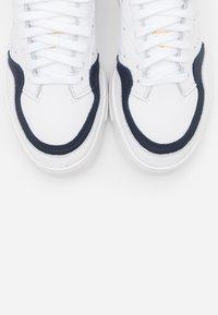 adidas Originals - SUPER COURT SPORTS INSPIRED SHOES - Sneakersy niskie - footwear white/legend ink/glow pink - 5