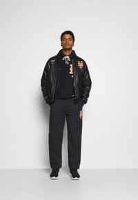 Champion - MLB PREMIUM NEW YORK METS STRAIGHT HEM PANTS - Club wear - black - 1