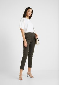 ONLY - ONLGINA KAYA PANTS - Broek - beluga - 1