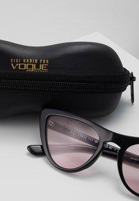 VOGUE Eyewear - GIGI HADID - Aurinkolasit - black/pink - 3