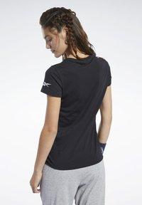 Reebok - LOGO TEE - T-shirt z nadrukiem - black - 2