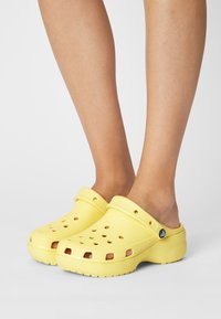 Crocs - CLASSIC PLATFORM  - Heeled mules - banana - 0