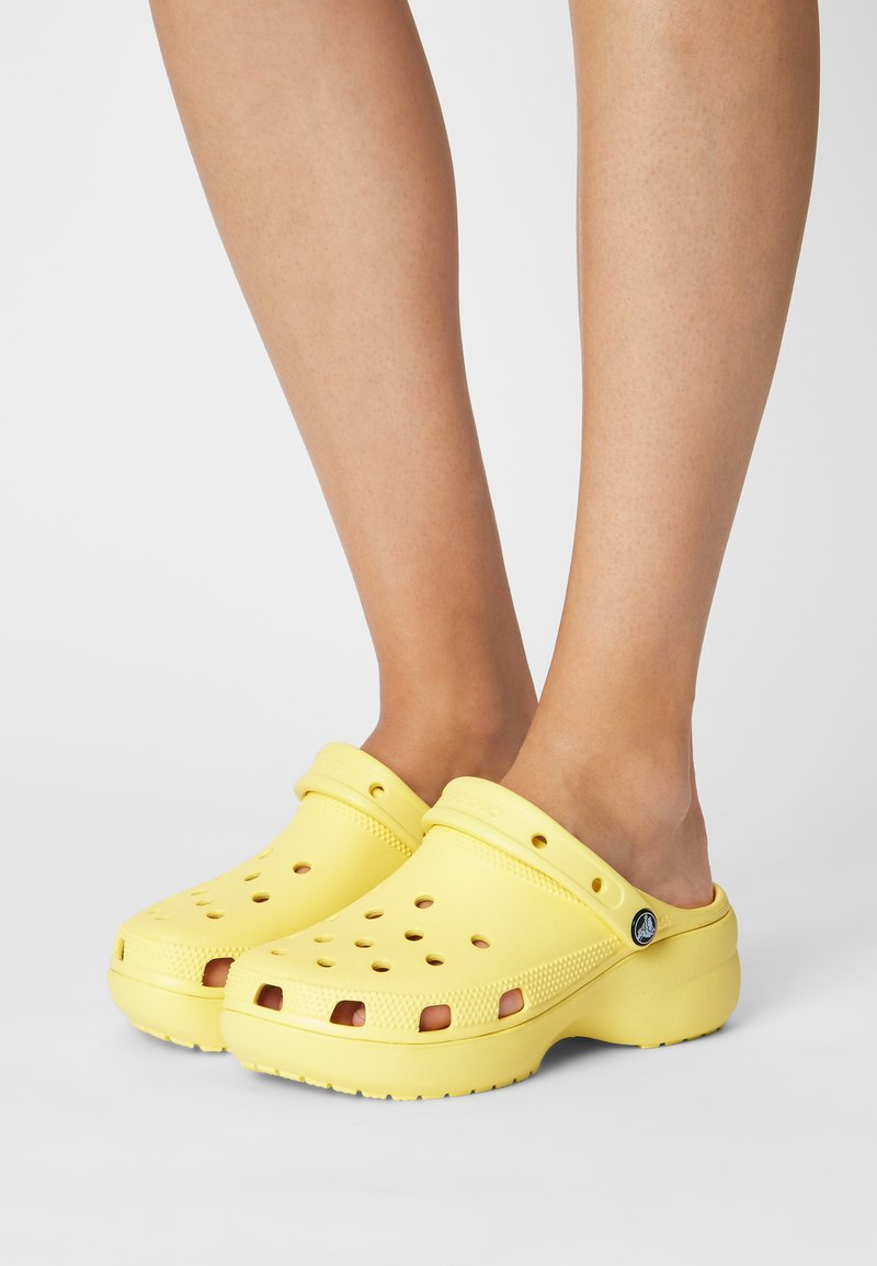 Crocs - CLASSIC PLATFORM  - Heeled mules - banana