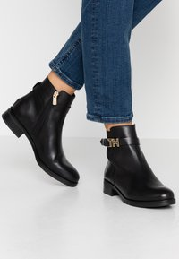 Tommy Hilfiger - HARDWARE FLAT BOOTIE - Classic ankle boots - black - 0