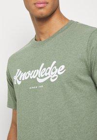 KnowledgeCotton Apparel - ALDER BIG TEE - T-Shirt print - mottled green - 4