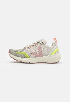 CONDOR 2 - Chaussures de running neutres - natural/parme/jaune fluo
