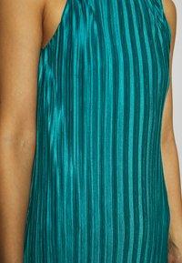 Who What Wear - PLISSE DRESS - Společenské šaty - emerald - 6
