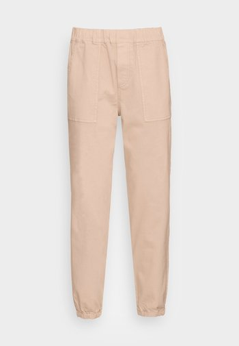 STYLE PATCHED POCKETS RELAXED FIT REGULAR LENGTH - Trousers - blushed camel